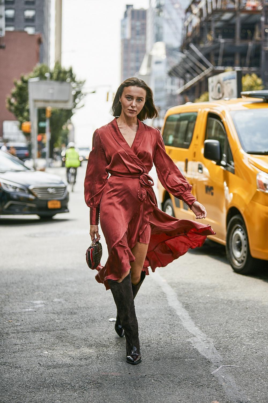 Тренды осени 2019: комбинезоны, шелковые платья и много розового