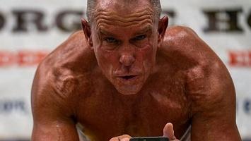 Відео дня: 62-річний американець простояв у планці понад 8 годин і встановив світовий рекорд