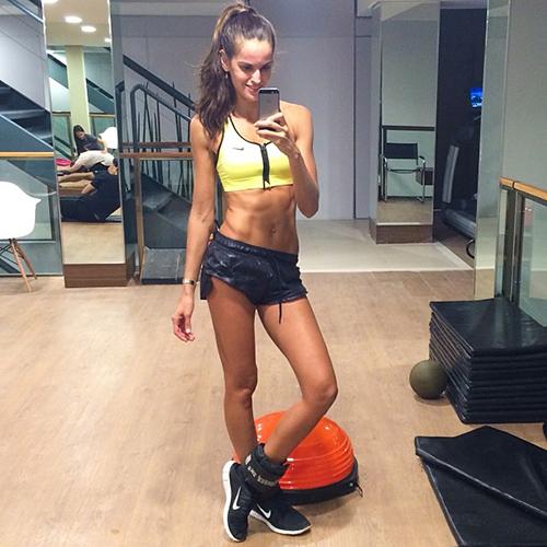 Секс фитнес девочки в спортивном зале
