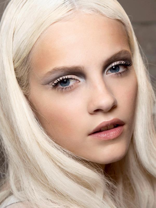 Макияж для белых волос и карих глаз