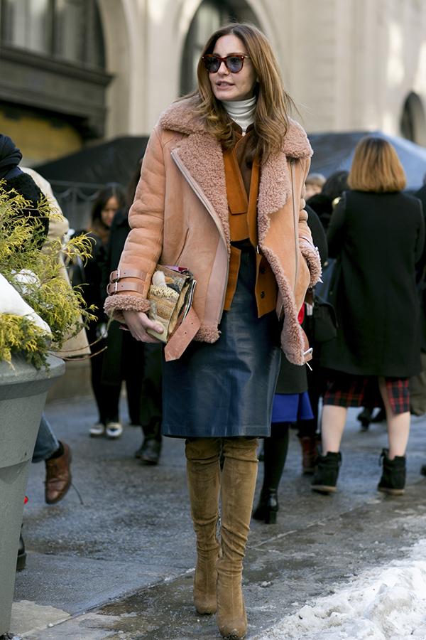 кожанная юбка карандаш и ботфорты фото