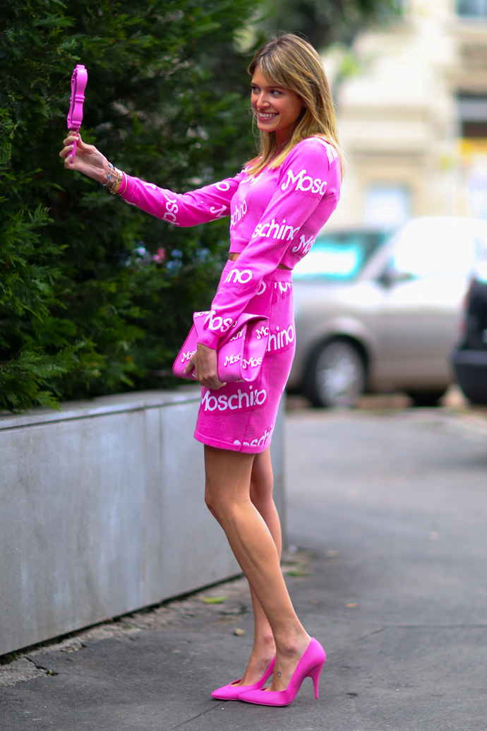 Девушки в розовых туфлях один