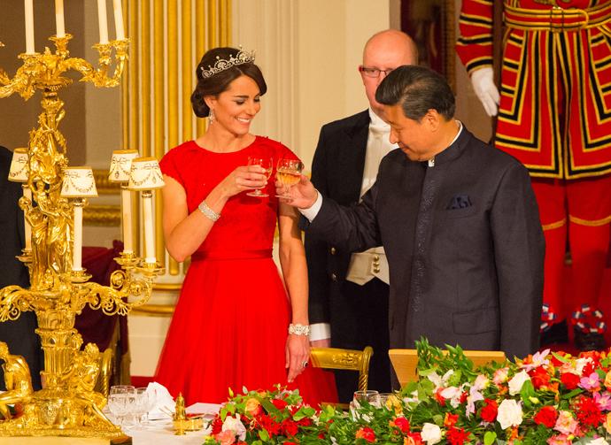 порно секс в красном платье в дворца