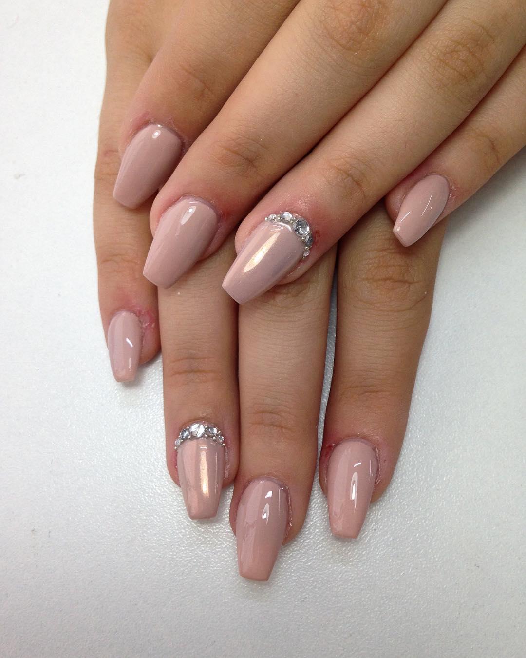 Зеркальные ногти с камушками