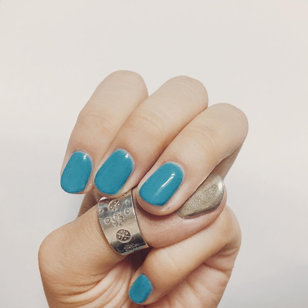 Зеркальные ногти голубого цвета