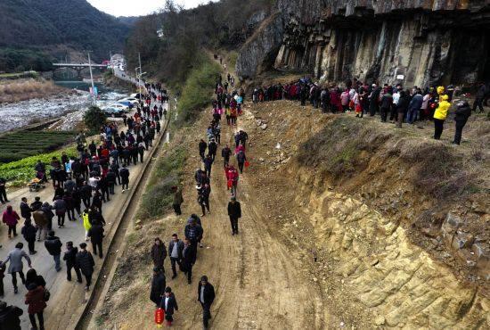 В КНР семья из500 человек сделала общее селфи