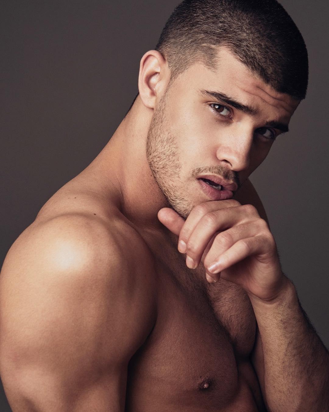 Качественные клипы мускулистых парней, порно фото сосет в туалете ресторана