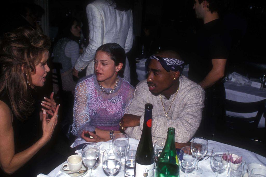Чернокожий рэпер Тупак Шакур бросил Мадонну в 1995 году, поскольку она белая