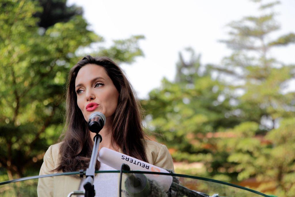 Анджелину Джоли обвиняют в варварском обращении сдетьми вовремя сьемок