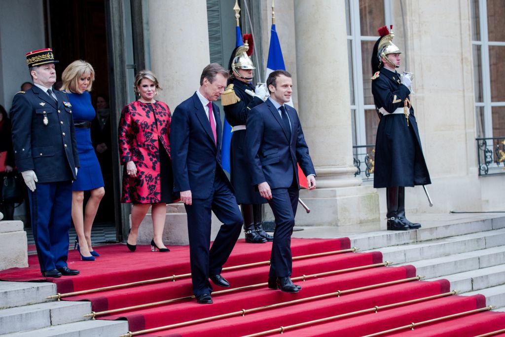 Образ дня: темно-синее платье Louis Vuitton первой леди Франции
