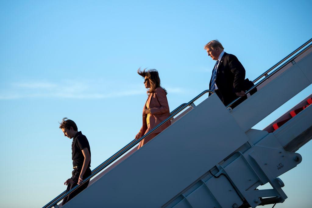 47-летняя Мелания Трамп в«лубутенах» ирозовом костюме удивила ярким образом