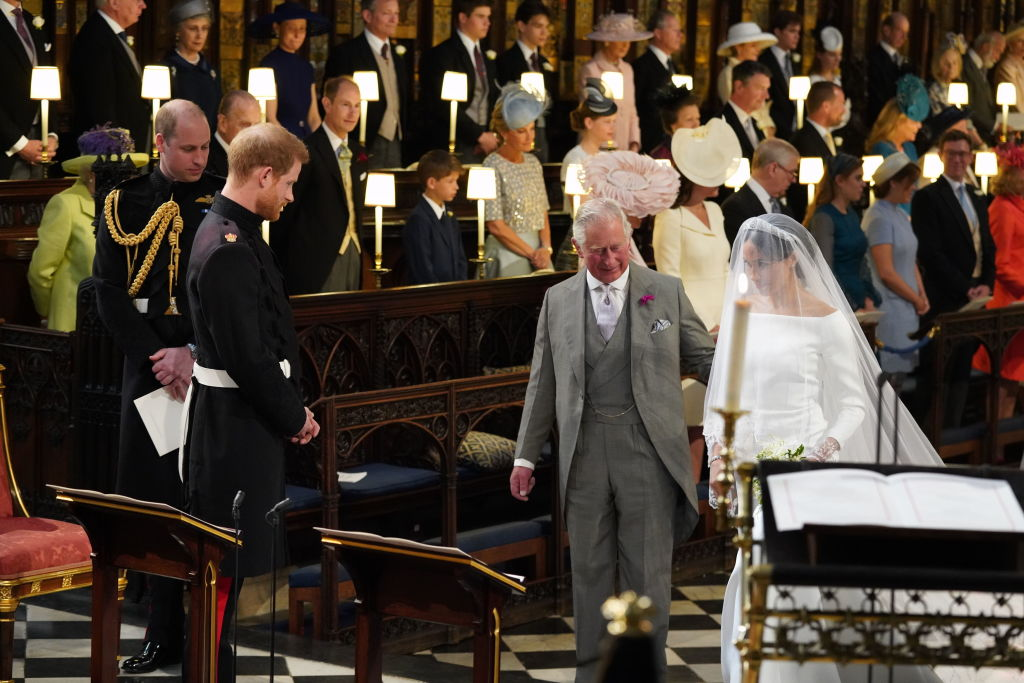 принц чарльз ведет меган к алтарю