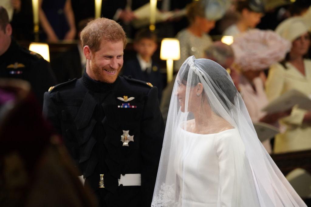 принц Гарри и Меган у алтаря