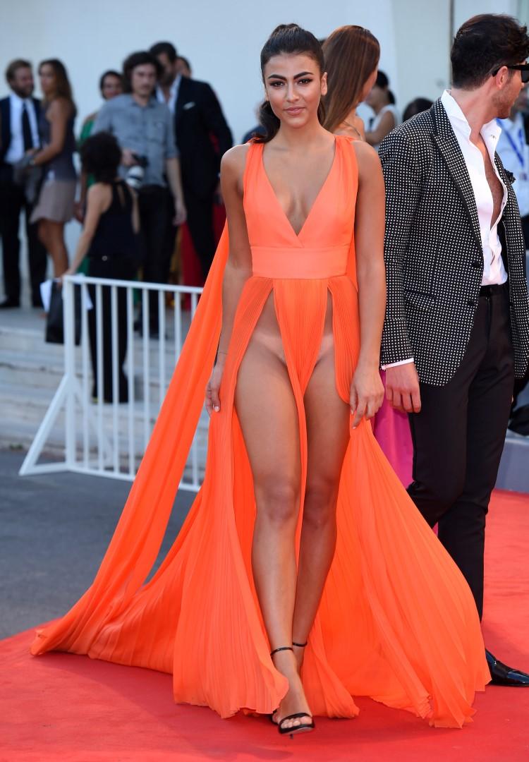 девушки в платьях без белья хотелось остаться