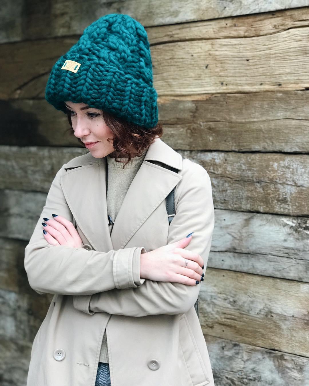 Какие вязаные шапки модные в 2017-2018 сезоне давайте посмотрим в нашем  обзоре. Oversize. YourYarn c7dd542c4d64c